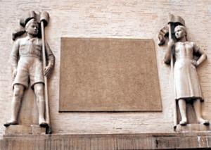 Auch nach dem Zweiten Weltkrieg gingen Grünwinkler Schülerinnen und Schüler lange Jahre unter diesen beiden Skulpturen in ihre Schule. Heute überdecken zwei Sandsteinplatten mit dem Karlsruher Stadtwappen und dem Grünwinkler Wappen die Skulpturen über dem Schuleingang.