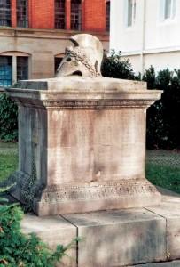 Das Sinner-Denkmal vor dem Haupteingang des ehemaligen Verwaltungsgebäudes der Brauereien Sinner und später Moninger.