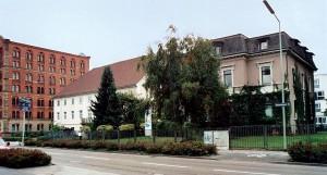 die markanten Bauwerke an der Ostseite der Durmersheimer Straße. Von rechts: die ehemalige villa, das 2008 leerstehende Verwaltungsgebäude und die frühere Getreidemühle, in der heute unter anderem der Polizeiposten untergebracht ist.