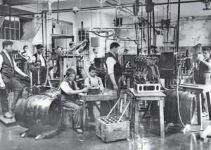Auch die Bierproduktion war früher Handarbeit. Selbst Kinder mussten mit anpacken.