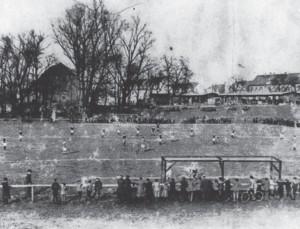 Südlich des Eiskellers an der durmersheimer Straße befand sich der erste Sportplatz in Grünwinkel.