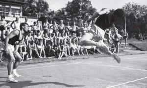 Im gerade eröffenten Rheinstrandbad Rappenwört begann im September 1929 der Ringtenniswettkampf in Deutschland. Zur Erinnerung werden jährlich Pfingstturniere ausgetragen. Die Aufnahme zeigt die späteren Deutschen Meister Richard Wagner und Heiner Ketterer vom Karlsruher Trunverein 1846 im Herrendoppel-Finale des Pfingstturnieres 1959.