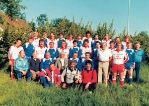 Die Verwaltunsmitglieder und Aktiven des FC Heidenstücker um 1983.