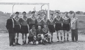 Die 1. Mannschaft des FSV Hardeck im Gründungsjahr 1950, aufgenommen auf dem alten Sportplatz.