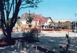 Neue Ortsmitte mit Einkaufszentrum im Hintergrund.