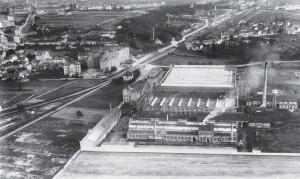 Das Betriebsgelände der Firma Metz auf einer Luftaufnahme kurz nach der Errichtung Anfang des 20. Jarhhunderts. Oben rechts aus dem Bild auslaufend das seinerzeitige Neubaugebiet Neubrüchle.