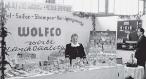 Firmengründer Karl Wolf und seine Frau Luise präsentieren ihre Produkte bei einer Ausstellung.