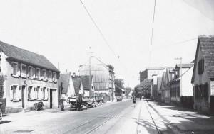 Die beiden Gleise des Lobberles in der Durmersheimer Straße in Höhe des ehemaligen Gasthauses Strauß (links) und des schräg gegenüberliegenden Gasthauses Rössle (nicht mehr abgebildet).