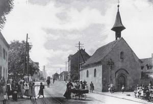 Die wohl bekannsteste historische Aufnahme aus Grünwinkel stammt aus dem Jahr 1904 und zeigt die heutige Durmersheimer Straße mit der Kapelle und dem Lobberle aus dem Hintergrund andampfend.