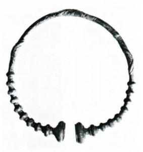 Halsring aus Bronze im Grab einer keltischen Frau. Der Fund verweist in die Zeit um 300 v. Chr. und stammt aus dem Gewann