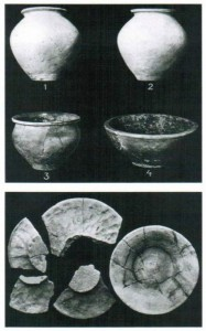 Auswahl von Keramikgefäßen aus dem Gräberfeld.