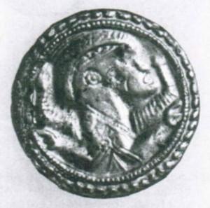 Brakteatenfibel. Gewandspange mit Darstellung eines Männerkopfes. Während die Kopfdarstellung auf römische Münzbilder zurück geht, entspricht der verkuürzt abgebildete Körper germanischen Bildvorstellungen.